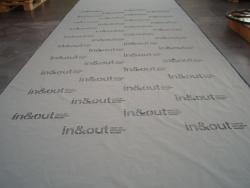 Laserschneiden von Logo und Schriftzug in Textilien
