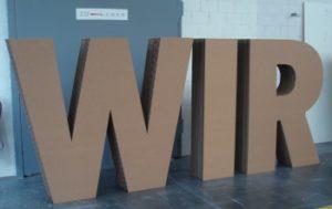 Laserschneiden von Wellkarton-Buchstaben