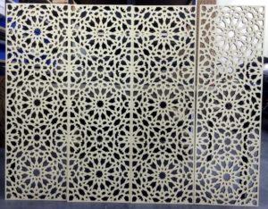Laserschneiden von Wandverkleidung aus Pappelsperrholz