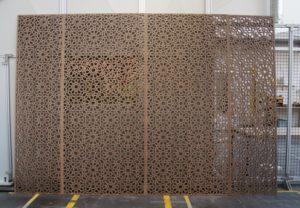 Laserschneiden von Wandverkleidungen (Muster Marrakesch) aus MDF mit Nussbaum furniert - ZB-Laser AG