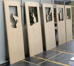 Laserschneiden von Türfüllungen aus Dreischichtfichtenholz