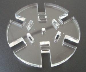 Laserschneiden von Bauteilen für Lampen aus Plexiglas