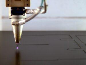 Laserstrahl beim Laserschneiden von Kunststoff - ZB-Laser AG-Laser_AG