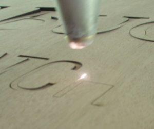 Laserstrahl beim Laserschneiden von Holz und MDF - ZB-Laser AG