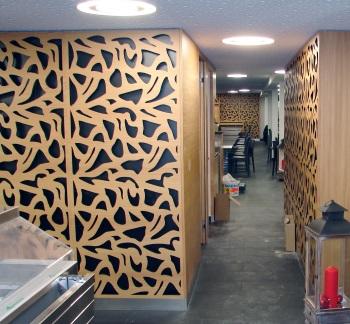 Laserschneiden Wandverkleidung aus MDF mit Lärche furniert - ZB-Laser AG