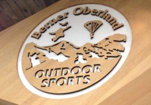 Laserschneiden von Logo in Holz