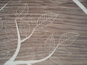 Lasergravieren von Bildern auf Holzbettstatt