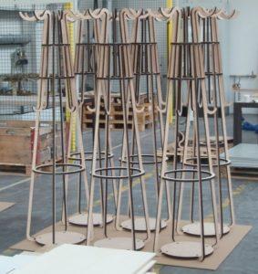 Laserschneiden von Garderoben aus Buchensperrholz