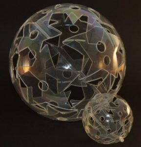 Laserschneiden von Motiv in Kugeln aus Polystyrol (PS)