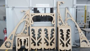 Laserschneiden von Balkongeländer aus 3-Schicht-Lärchenholz
