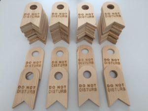 Lasergravieren von Hinweisschildern aus Altholz