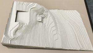 Laserschneiden von Höhenprofil aus Graukarton
