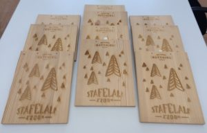 Lasergravieren von Halter für Speisekarte aus Altholz
