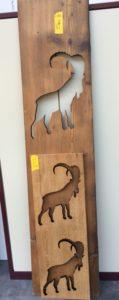 Laserschneiden von Tierformen aus altem Eichenholz