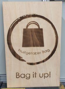 Lasergravieren von Werbetafel aus Ceiba-Holz
