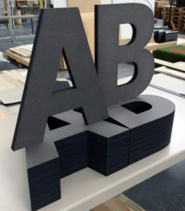 Laserschneiden von Buchstaben aus MDF