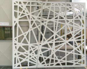 Laserschneiden von Trennwänden aus MDF mit weisser Grundierfolie - ZB-Laser AG