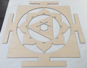 Laserschneiden von Wanddekoration aus Birkensperrholz