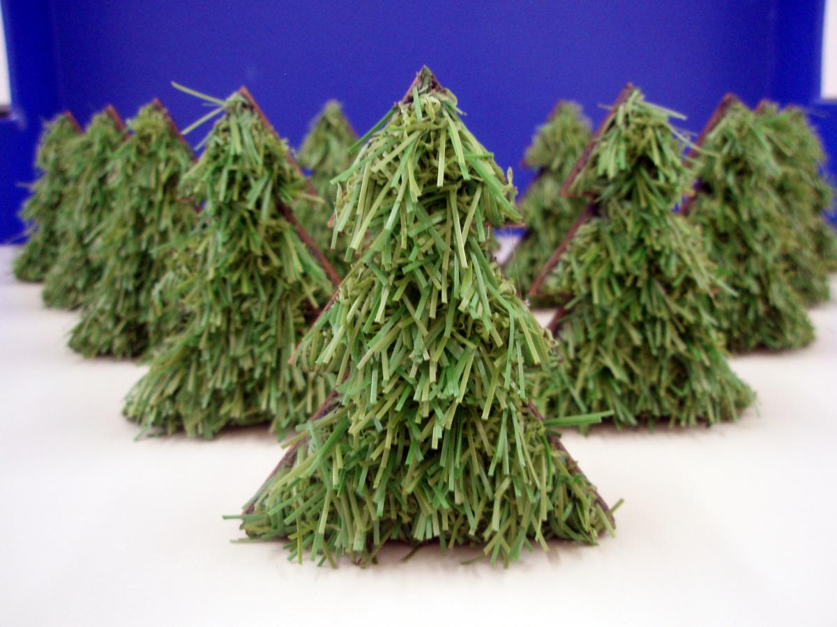 Laserschneiden von Weihnachtsbaum aus Kunstrasen und MDF - ZB-Laser AG