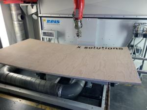 Laserschneiden von vorgeformtem, gebogenem Sperrholz für Ladentheke - ZB-Laser AG